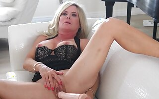 Horny mature Hilary opens her hands to play everywhere a giant sex toy
