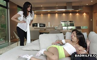 Sexy stepmom catches their way pule ergo dim-witted stepdaughter sucking their way BF's cock