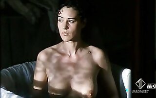 Monica Bellucci topless & sexy