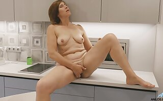 Mature finger fucks in slay rub elbows with kitchen for a hot solo