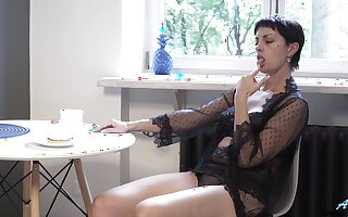 Grown-up divorcee Daryna is finger fucking wet pussy right heavens the floor