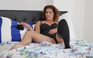 Video of MILF Nicol playing with their way orgasmic cunt on the periphery